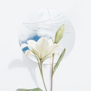 Salon Des Fleurs Round Glass with White Callas Lilies