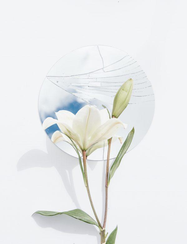 Salon Des Fleurs Round Glass with White Callas Lilies